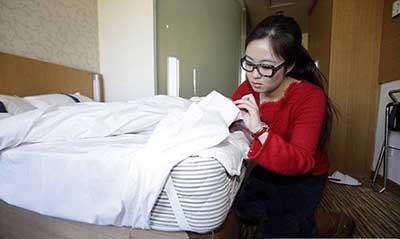 شغل جالب خوابیدن این زن در هتل ها (عکس)