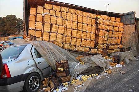 واژگونی وحشتناک کامیون بر روی تندر 90 ( عکس)