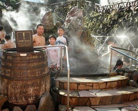 تصاویر دیدنی از استخر مختلط نوشیدنی ها در ژاپن