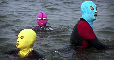 شناکردن زنان چینی با لباس های عجیب (عکس)