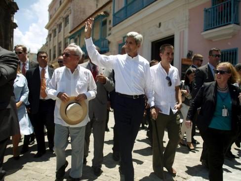 بازدید جان کری از ماشین های قدیمی کوبا (عکس)