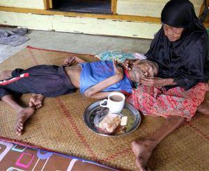 مادر دلسوز 101 ساله پسر معلولش را تنها گذاشت + عکس