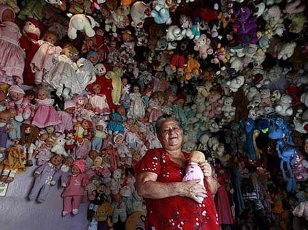زنی بدون خانواده که با 4000 عروسک زندگی می کند + تصاویر