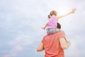 اقدام زیبای پدر فداکار برای شاد کردن دختر بیمارش