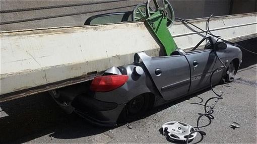 تصاویر له شدن سه خودرو زیر جرثقیل