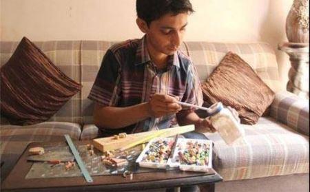 آثار هنری پسر جوان با استفاده از مداد رنگی