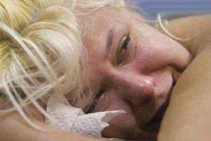 رکورد عجیب فرو كردن سوزن در بدن یک زن (عکس)