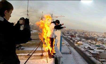 پرش پسری آتش گرفته از ساختمان 9 طبقه (+عکس)