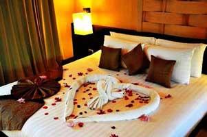 جدیدترین مدل تزئین تخت عروس با گل طبیعی