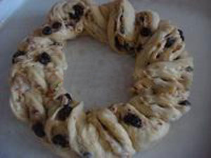 طرز تهیه نان حلقه ای بادام و آلبالو