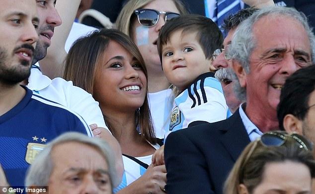 تصاویری از زن و بچه مسی در مسابقه آرژانتین – سوئیس