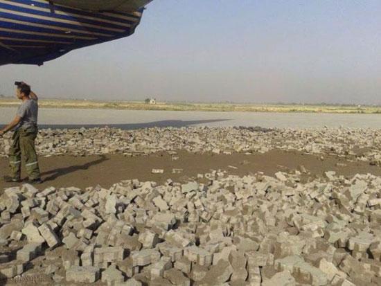 سوتی عجیب در سنگ فرش کردن باند فرودگاه (+تصاویر)