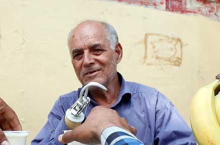 عکسهای دیدنی از مرد آب میوه فروش با دستان آهنی