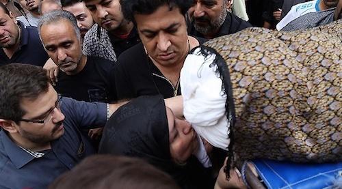 آخرین بوسه مادر بر کفن مرحوم علی طباطبایی