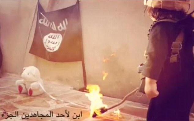 آموزش آتش زدن و کشتن انسان ها به کودک داعشی + تصاویر