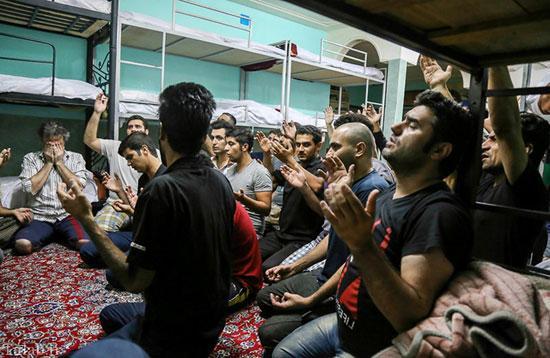 تصاویری از عزاداری در کمپ ترک اعتیاد در اهواز