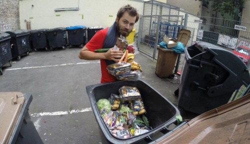 این مرد زباله ها را می خورد (+عکس)