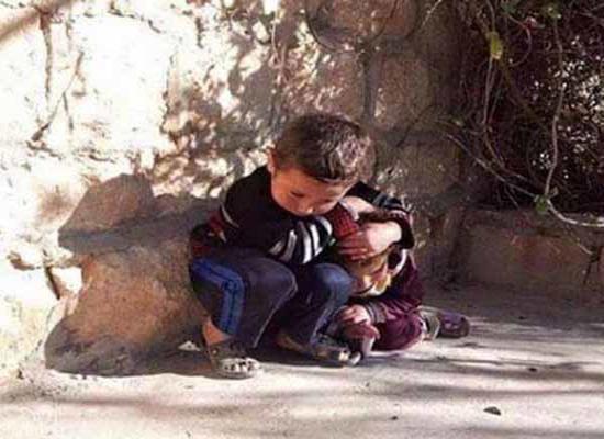 کودکی که محافظ خواهرش شده است + عکس