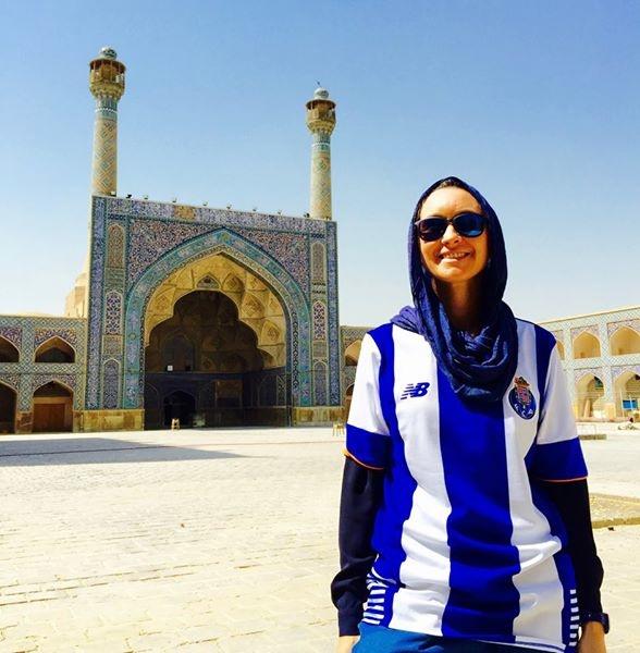 عکس یادگاری و جنجالی دختر پرتغالی در اصفهان