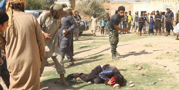 سنگسار شدن یک پسر سوری توسط داعش + عکس