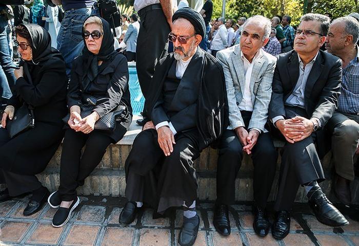 تصاویر دیدنی از اشخاص معروف در مراسم تشییع هما روستا