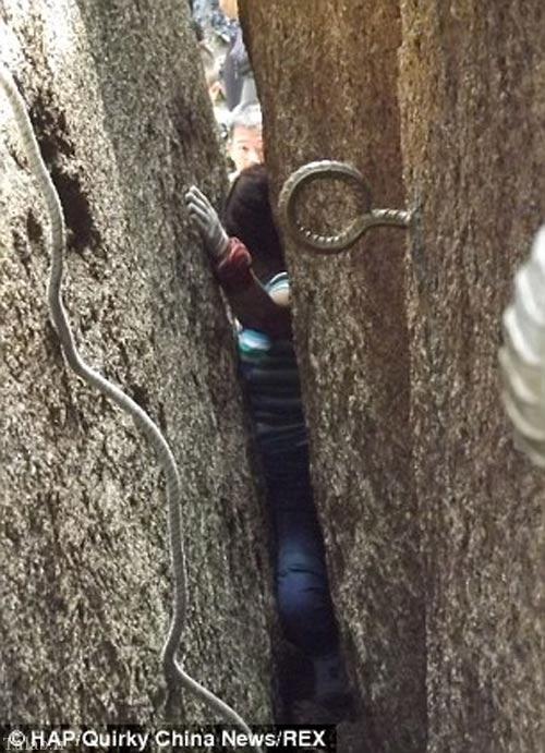 این زن کوهنورد در بین سنگ ها گیر کرد