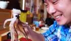 هشت پا زنده غذای محبوب رستوران ژاپنی (عکس)