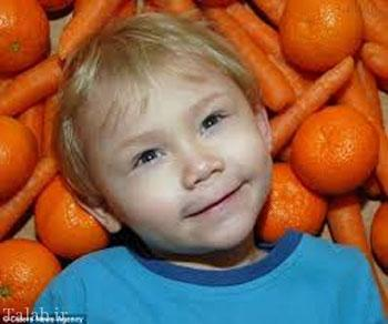 پسری که با هویج خوردن نارنجی می شود (عکس)