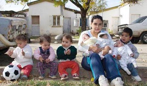 دختر 17 ساله که مادر 7 فرزند است (عکس)