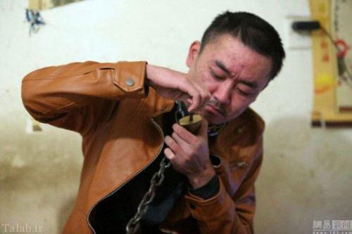 مردی که برای ترک اعتیاد خود را غل و زنجیر کرد + عکس
