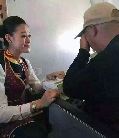 کار زیبای مهماندار جذاب هواپیما در کمک به مرد معلول (عکس)