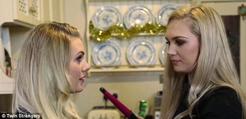 2 دختر زیبا با قیافه یکسان یکدیگر را پیدا کردند (عکس)
