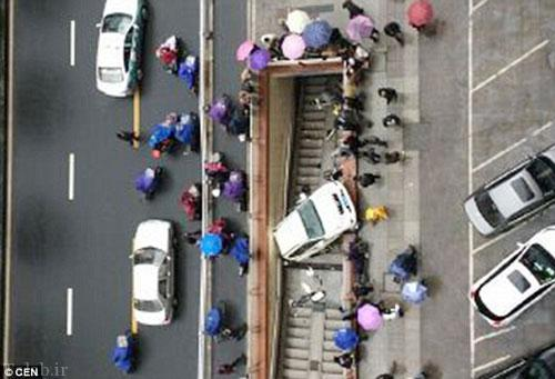 پارک عجیب و سقوط خودروی زن چینی به مترو (عکس)