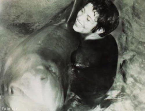 برقراری رابطه دوستانه جالب این زن با یک دلفین
