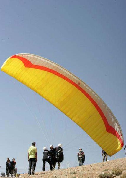یک خانم چادری ایرانی با پاراگلایدر پرواز کرد + عکس