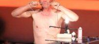بدن این مرد همانند یک باطری ، رسانای برق است