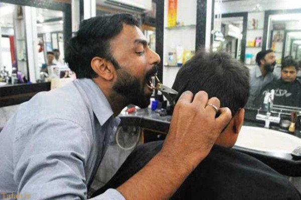 کوتاه کردن عجیب مو با دهان در هند !+ عکس