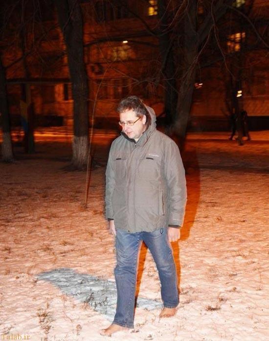 زندگی عجیب مردی که پابرهنه راه می رود (عکس)