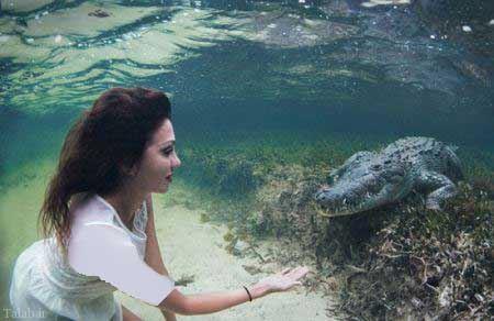 شنا با تمساح توسط مانکن معروف ایتالیایی (عکس)