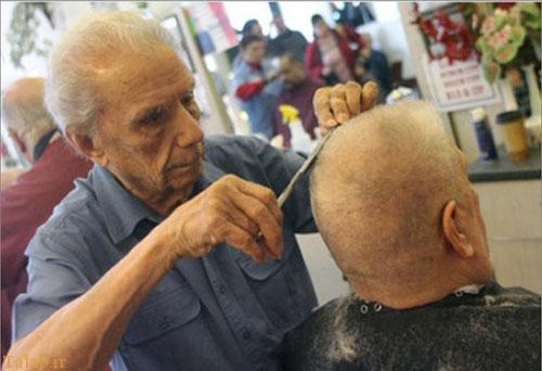پیرترین آرایشگر مرد