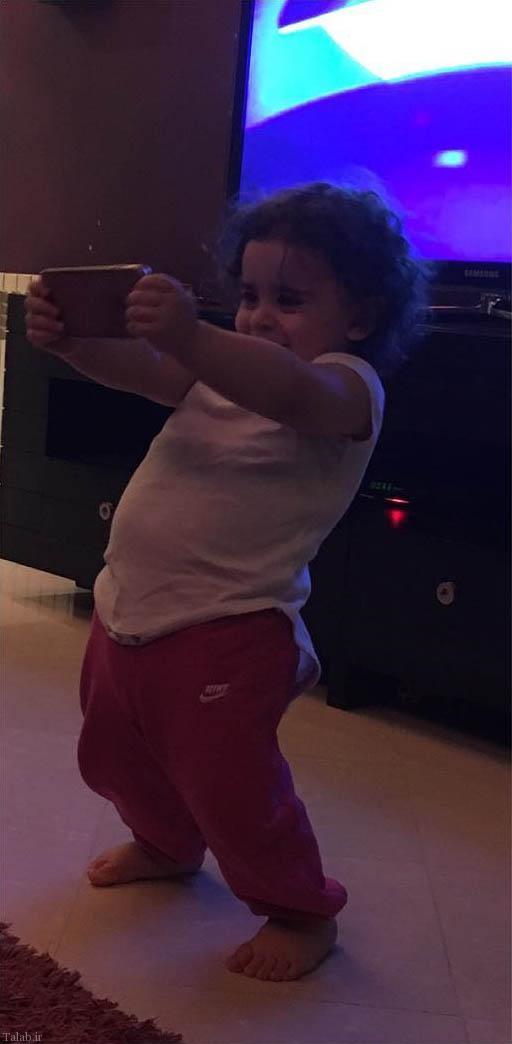 دختر علی کریمی در حال بازیگوشی با گوشی (عکس)