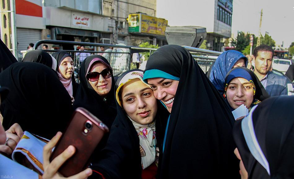اهدای چادر توسط الهام چرخنده به بانوان تهرانی !+ تصاویر