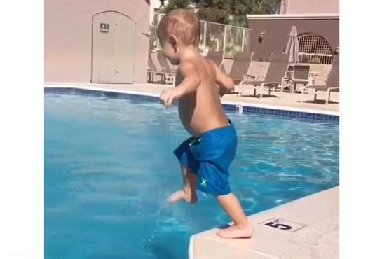اعجوبه شنا یک کودک 22 ماهه ( عکس)