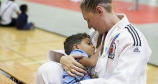 شیر دادن مادر به فرزندش در حین مسابقه ورزشی در المپیک