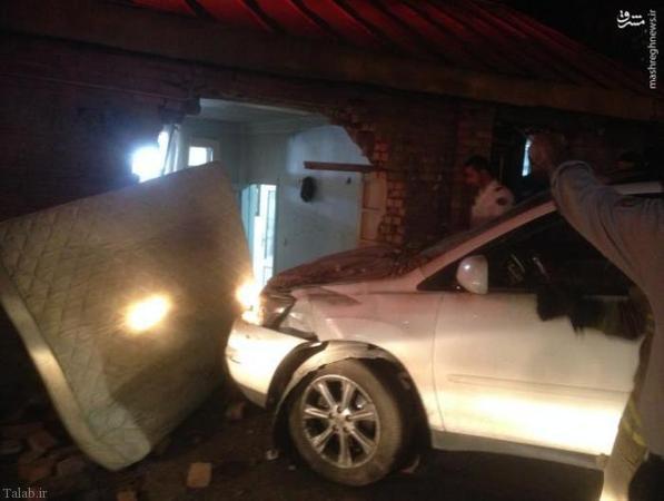 حادثه ورود ناگهانی لکسوس به منزل مسکونی (+عکس)