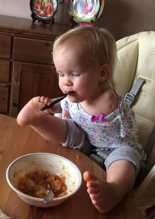غذا خوردن عجیب کودک با پاهایش (+عکس)