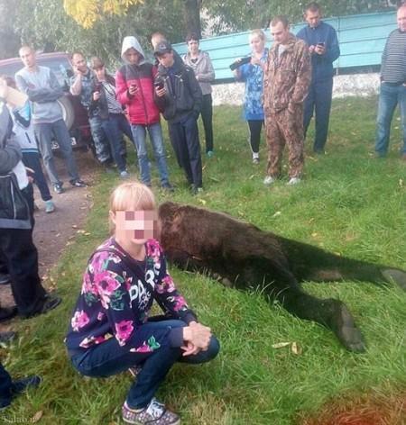 عکس های سلفی دانش آموزان دختر با خرس (+عکس)