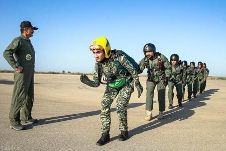 تصویری از دختر جوان چترباز در ایران