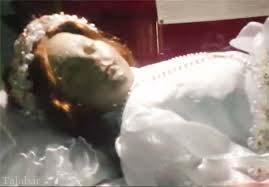 زنده شدن جنازه دختر 300 ساله (+عکس)