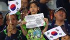 عشق جالب دختر کره ای در ورزشگاه آزادی (+عکس)